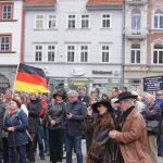 Corinna Herold von der AfD (mitte hintere Frau mit Hut) beibei Bürger für Thüringen Kundgebung Anger